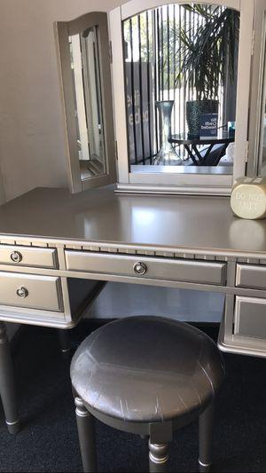 Silver vanity stool 🎈🎈🎈 for Sale in Fresno, CA
