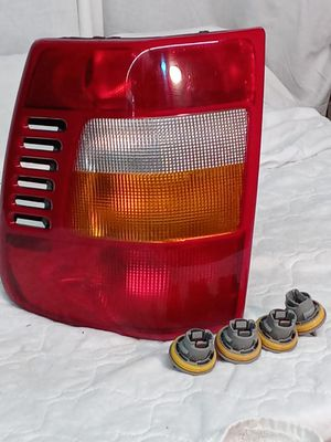 USED 1999 JEEP GRAND CHEROKEE LEFT REAR TAIL LIGHT for Sale in St. Louis, MO