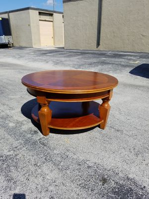 """Gorgeous Round Solid Wood Coffee Table that's in very good condition! Dimensions: 40""""D x 40""""L x 20""""H for Sale in Boca Raton, FL"""