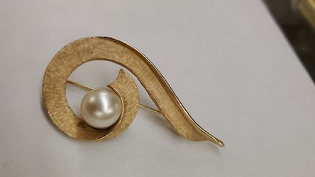 Vintage pin,brooch w.pearl for Sale in Mayfield Heights,  OH