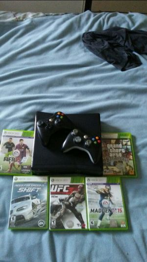 XBOX 360 with 5 games and 2 controllers....muy buenas condiciones. for Sale in Las Vegas, NV