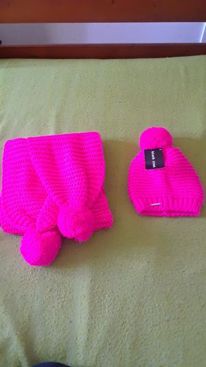 Pink knitted hat and scarf 2-piece set for Sale in Hayward, CA