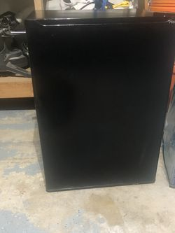 Haier HSB03BB - 2.7 Cubic Ft Mini Fridge Black for Sale in Lake Zurich,  IL