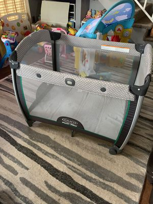 Graco pack n play with diaper organizer , infant insert and sheet for Sale in Grapevine, TX