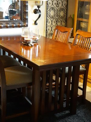 High top Dining Room table with 6 chairs/no leaves, 7 years old for Sale in Peoria, IL