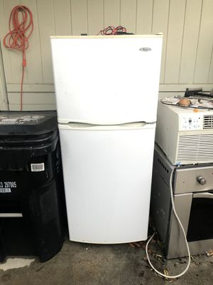 Whirlpool White Top Freezer Refrigerator for Sale in Los Angeles, CA