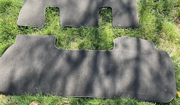 2018-19 Chevy Traverse / Enclave SUV 4 piece Charcoal Gray Carpet Kit OE Dealer GM parts - Brand New !!!