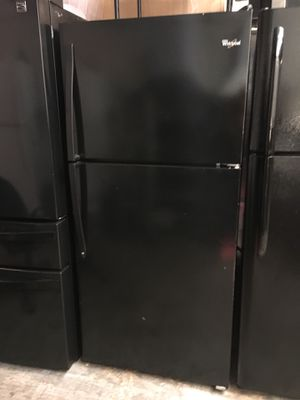 WHIRLPOOL TOP FREEZER FRIDGE CLEAN INSIDE AND OUT. WORKS VERY WELL NO ISSUES for Sale in Anaheim, CA