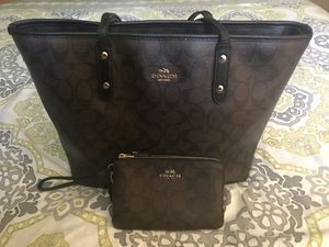 Nice COACH Signature Tote & Lg Wristlet LIKE NEW for Sale in Tarpon Springs, FL
