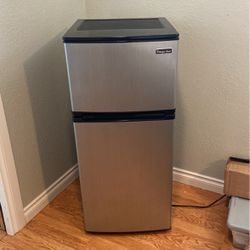 Magic Chef Refrigerator for Sale in Fircrest,  WA