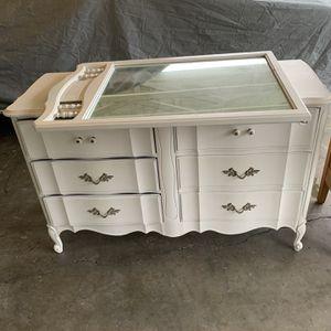 White Dresser With Mirror for Sale in Auburn, WA