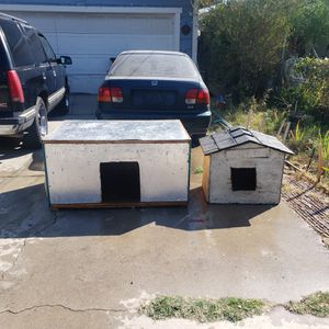 """""""FREE"""" 2 Dog Houses 1 small dogs 1 larger dogs for Sale in Bloomington, CA"""