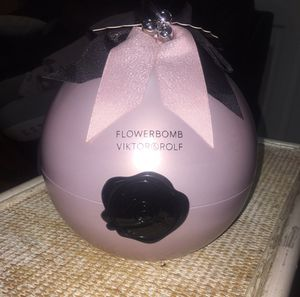 Gift set flowerbomb women perfume smells amazing for Sale in Boston, MA