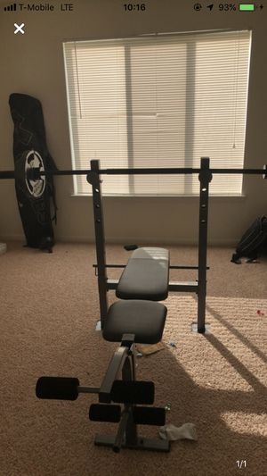 Weight bench and 110 lbs in golds gym weights for Sale in Manassas, VA