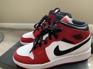 Air Jordan 1 Mid GS - 'Chicago' Size 5Y for Sale in Sterling Heights, MI