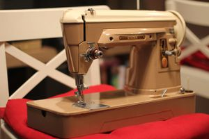 Singer Sewing Machine Classic for Sale in Lynnwood, WA