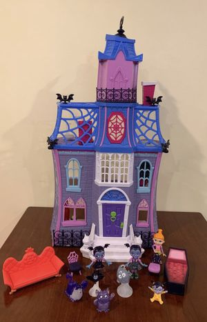 Disney Vampirina Scare BB House Complete with Figures! for Sale in Lemont, IL