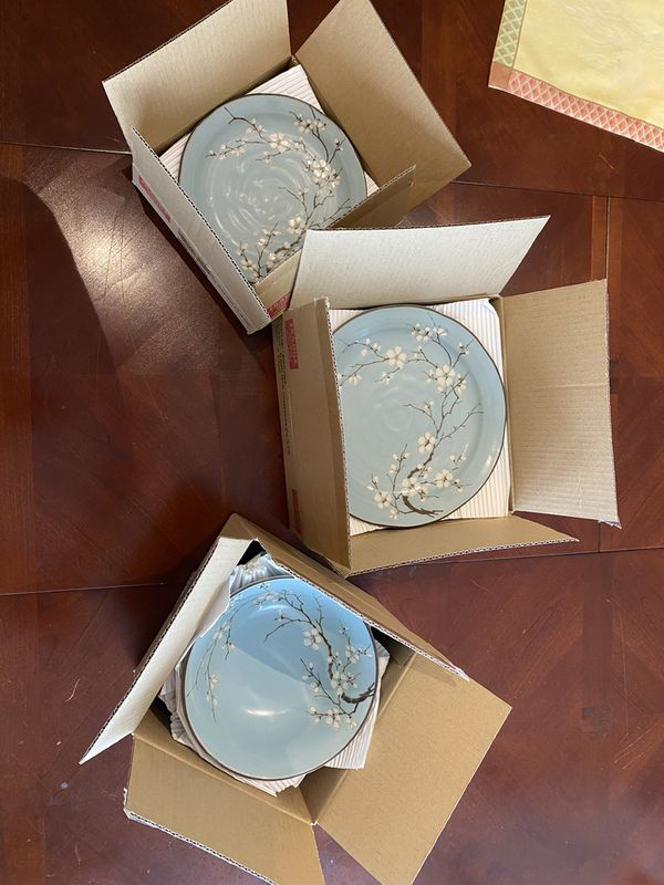 Collection of Dinnerware - 16 Pieces - Brand-New - Porcelain