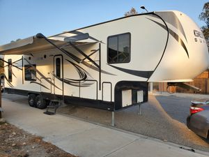 fifth wheel toy hauler for Sale in Fontana, CA