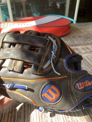 Youth Wilson left handed glove maybe size 11 for Sale in Yorba Linda, CA