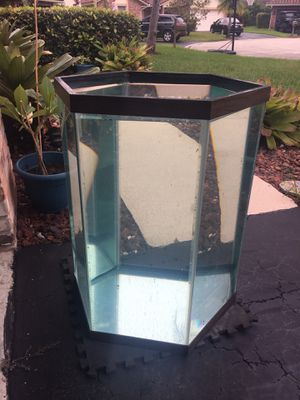 Hexagon fish tank 60 gallons - very good condition for Sale in Pompano Beach, FL