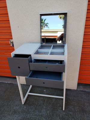 Modern Makeup Station/Vanity for Sale in Fountain Valley, CA