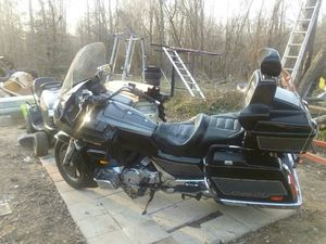 Black and chrome suzuki calvacade cruiser motorcycle for Sale in Brandywine, MD
