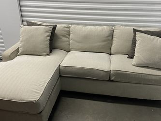 Sectional Sofa With Reversible Chaise - free Delivery for Sale in Spring Valley,  CA