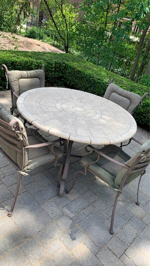 Patio furniture (4) chairs and round table for Sale in Utica, MI