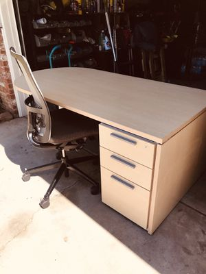 Desk like new NOTE NO chair top brand high Cuality furniture for Sale in Fresno, CA
