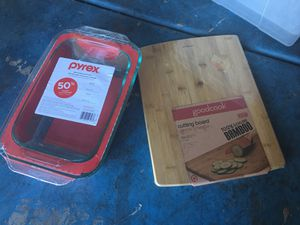 1 Pyrex Deep Baking Dish & 1 Bamboo Cutting board for Sale in Las Vegas, NV