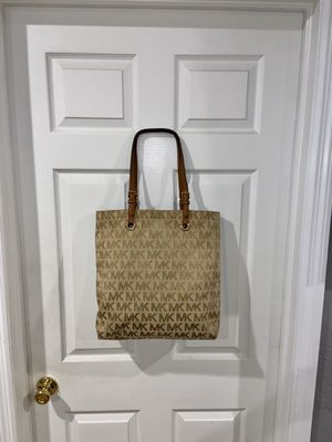 Beautiful Large Authentic Michael KORS Signature MK Tote‼️🎀 for Sale in Fort Pierce, FL