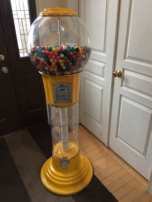 5' Spiral Yellow Gumball Machine for Sale in Romeoville, IL