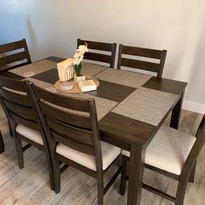 Dining Room Table and Chairs (Set of 7) for Sale in Peoria, IL