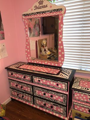 Twin girls bedroom set (bed with mattress, two nightstands, big dresser with mirror) for Sale in Modesto, CA