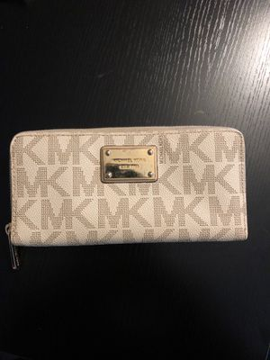 Michael Kors zipper wallet for Sale in Twinsburg, OH