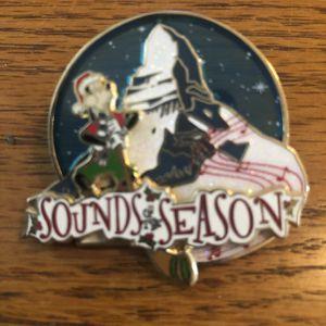 Disney Collectible Pin -Sounds of the Season - Matterhorn Goofy Christmas Brand New LE for Sale in Artesia, CA
