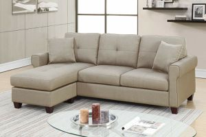 BEIGE REVERSIBLE SECTIONAL SOFA CHAISE COUCH ACCENT PILLOWS for Sale in Hazard, CA