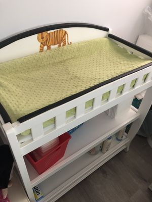 Changing table, diaper pail and wipes dispenser for Sale in Pompano Beach, FL