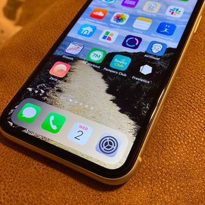 iPhone XR White 128 Gb Unlocked for Sale in Seymour, CT