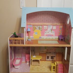 Wood doll house with the Furniture like new in perfect Condition for Sale in Waterbury, CT