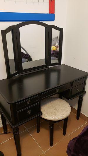 3 PIECES - Makeup Vanity (Table, Mirror, stool) for Sale in Detroit, MI