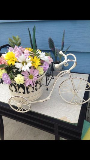 Great flowers bike perfect for your flowers arrangements very cute *FLOWERS NOT INCLUDED * for Sale in Burlington, WA