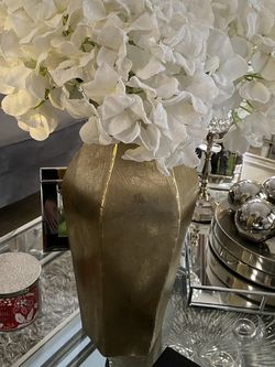 Decorative Gold Vase With Flowers $20 for Sale in Miami,  FL