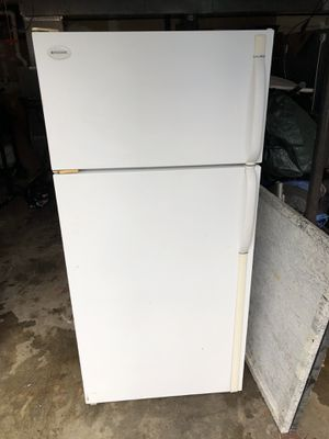 Frigidaire White 17.0 cu ft fridge/freezer for Sale in Bonney Lake, WA