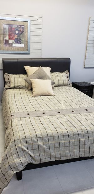 Queen size bed and frame for Sale in Farmington Hills, MI