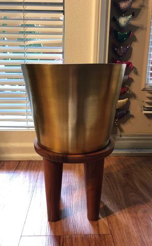 Indoor/outdoor plant stand with pot for Sale in Los Angeles, CA