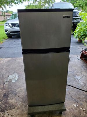 Magic chef fridge w/freezer for Sale in Coral Springs, FL