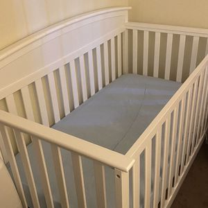White Crib With Mattress for Sale in East Hartford, CT