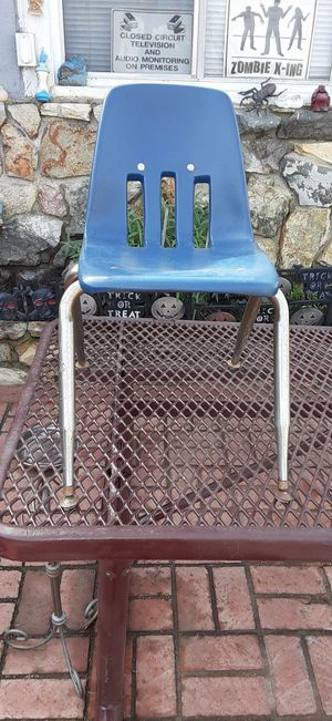 A very nice good condition chair for your grand kids or kids for the room firm price for Sale in Montebello, CA